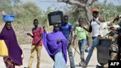 Des Nigériens se déplacent vers un abri, le 25 mai 2015.
