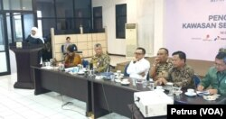 Gubernur Jawa Timur Khofifah Indar Parawansa (kiri) berbcara mengenai percepatan pembangunan di Jawa Timur pasca keluarnya Perpres 80 tahun 2019 (foto: VOA/ Petrus Riski)