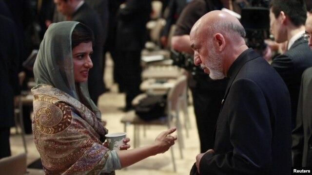 Pokiston Tashqi ishlar vaziri Xina Rabboniy Xar (chapda) Afg'oniston prezidenti Hamid Karzay bilan Chikagoda NATO sammiti doirasida suhbatlashmoqda, 21-may, 2012-yil.