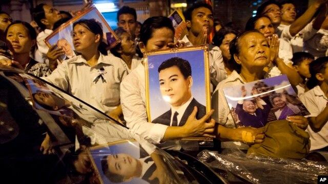 Puluhan ribu warga Kamboja berkabung untuk menghadiri upacara kremasi jenazah mendiang Raja Norodom Sihanouk, Senin di Phnom Penh (4/2).