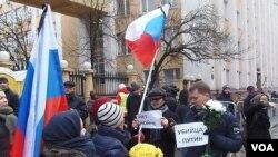 3月1日莫斯科悼念反对派领袖涅姆佐夫的游行中,两名参加者手举标语:不要战争;普京是杀人犯。(美国之音 白桦拍摄)