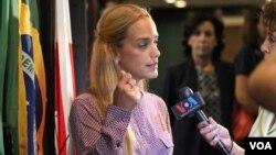 Lilian Tintori conversa con la Voz de América en el Club Nacional de Prensa de Washington, EE.UU. [Fotos: F. Villacorta, VOA].