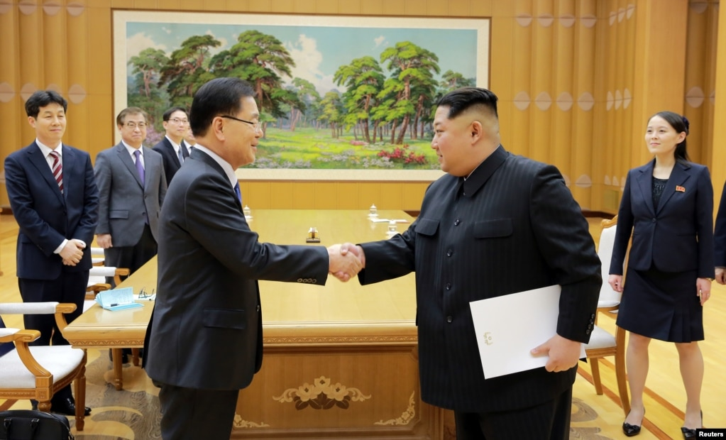2018年3月6日,朝鮮領導人金正恩在平壤與韓國韓國國家安保室長鄭義溶會面,金正恩的妹妹金與正在場。