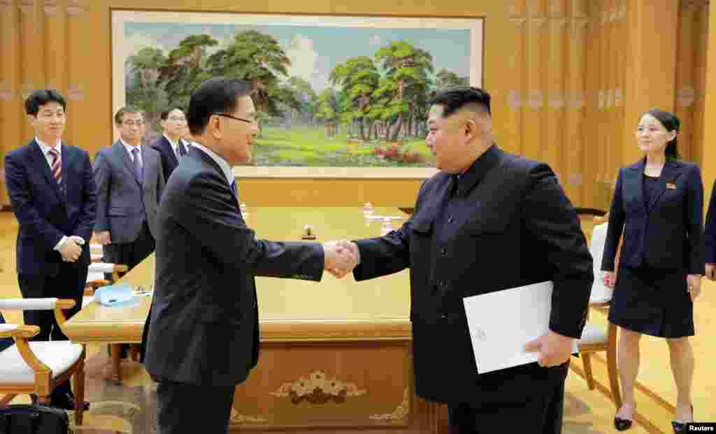 2018年3月6日,朝鲜领导人金正恩在平壤与韩国韩国国家安保室长郑义溶会面,金正恩的妹妹金与正在场。