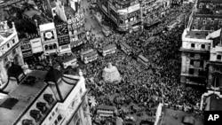 """Warga London merayakan """"V-E Day"""" atau Hari Kemenangan di Eropa pada tanggal 8 Mei 1945 (foto: dok)."""