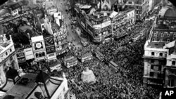Празднование Дня победы в Европе на Площади Пикадилли в Лондоне. Великобритания, 8 мая 1945 года