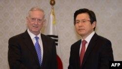 美国防长马蒂斯与韩国防长私下会晤后举行记者会(2017-02-03)