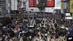 香港市民不顧警方反對在港島區大遊行。 2019年7月28日。美聯社