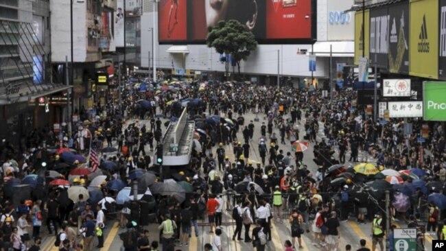 香港市民不顾警方反对继续在中环发起大游行。2019年7月28日。美联社