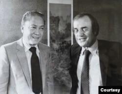 Peter và Trung Tướng Trần Văn Đôn, cựu Phó Thủ Tướng kiêm Tổng Trưởng Quốc Phòng VNCH năm 1975. (Hình: Peter Arnett cung cấp)