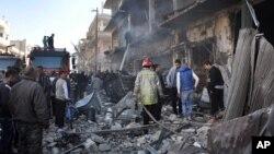 28일 연쇄 폭탄 테러가 발생한 시리아 홈스 지역에 소방대원들이 출동했다.