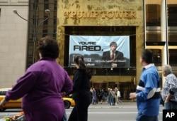 도널드 트럼프 미국 대통령이 소유한 뉴욕 맨해튼 5번가의 트럼프 타워 건물 앞에 지난 2004년 3월 트럼프가 공동 제작한 '견습생(The Apprentice)' 현수막이 걸려 있다.