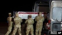 Военные в Делавэре выгружают тело Кэмерона Скотта Уолтерса, одного из погибших от рук саудовского стажера при стрельбе на базе в Пенсаколе, 8 декабря 2019 года