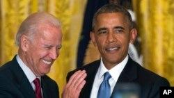 """El presidente Barack Obama (der.), junto al vicepresidente de EE.UU., Joe Biden, participaron de un evento por el """"Mes del orgullo gay"""" realizado en la Casa Blanca."""