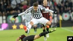 Italy Soccer Serie AHernanes de Juventus saute pour éviter un tacle de Juraj Kucka d'AC Milan au cours d'un match de série A au stade Juventus, Turin, Italie, 21 novembre 2015.