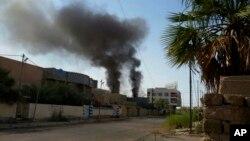 Asap tampak mengepul pasca serangan bom terhadap sasaran ISIS di Fallujah, Irak, Selasa (24/5).