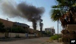 空袭击中伊拉克城市费卢杰的伊斯兰国阵地之后冒出的浓烟。(2016年5月24号)