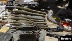 دو اگست کو کابل میں طالبان عسکریت پسندوں کے ساتھ جھڑپوں کے بعد قبضے میں لیا گیا اسلحہ (فائل فوٹو)