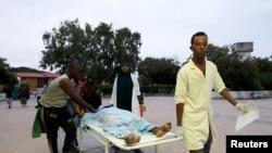 Wafanyakazi wa afya na raia wakiwabeba watu waliojeruhiwa wakiwasili hospitali ya Madina baada ya mlipuko katika hotel ya Elite katika fukwe ya Lido mjini Mogadishu, Somalia, Agosti 16, 2020.