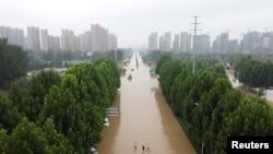 Jalanan yang banjir akibat diguyur hujan deras di Zhengzhou, provinsi Henan, China, 23 Juli 2021. Gambar diambil dengan drone. (REUTERS/Lagu Aly)