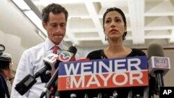Vợ của Ứng cử viên thị trưởng Thành phố New York Anthony Weiner, bà Huma Abedin, đứng bên cạnh chồng khi ông nói lời thú nhận lần mới đây nhất.