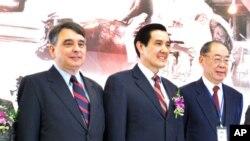 美国在台协会处长司徒文、马英九总统、钱复前外交部长出席特展开幕式 (由左至右)