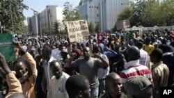 ຊາວມາລີໂຮມຊຸມນຸມປະທ້ວງ ທີ່ນະຄອນຫຼວງ Bamako ຮຽກຮ້ອງໃຫ້ສົ່ງກຳລັງທະຫານນາໆຊາດ ໄປຊ່ອຍຢຶດເອົາ ພາກເໜືອຂອງປະເທດ ທີ່ຄວບຄຸມໂດຍພວກມຸສລິມຫົວຮຸນແຮງ ຈັດນັ້ນ ຄືນມາ (8 ທັນວາ 2012)