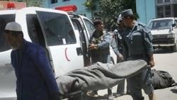جسد یک افسر پلیس که در حمله طالبان در غزنی جان خود را از دست داد. ۲۲ ژوئن ۲۰۱۱