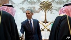 Le président Obama rencontre le prince d'Arabie Saoudite Salman bin Abdul Aziz en Arabie Saoudite le 20 avril 2016.