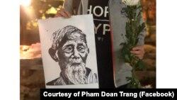 """HÌnh ảnh """"thủ lĩnh của người dân Đồng Tâm"""" Lê Đình Kình trong lễ tưởng niệm ông hôm 12/1 được đăng trong Báo cáo về vụ tấn công ở Đông Tâm. (Photo courtesy of Facebook user Pham Doan Trang)"""