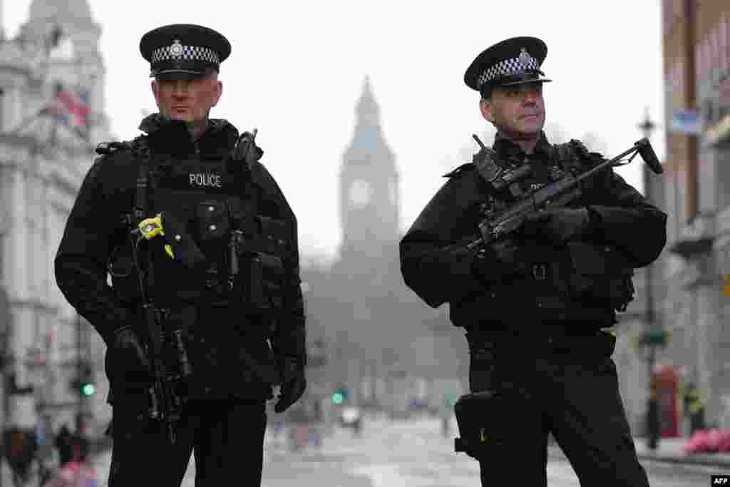Тяжеловооруженные полицейские в центре Лондона.