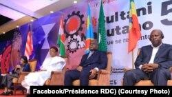Président Félix Tshisekedi (2e D) na mokani wa ye ya Niger Mahamadou Issoufou (2e G) na mokonzi ya kala ya Liberia Ellen Johnson Sirleaf (1ere G) na Forum Mokutani, Kinshasa, 6 septembre 2019. (Facebook/Présidence RDC)