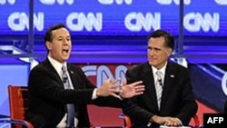 Hai ứng cử viên Mitt Romney (phải) và Rick Santorum