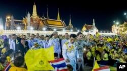ဘုရင္စနစ္ကုိ ေထာက္ခံတဲ့ အဝါေရာင္ဝတ္ ဆႏၵျပသူေတြနဲ႔ ေတြ႔ဆုံေနတဲ့ ထုိင္းဘုရင္ Vajiralongkorn. (ႏုိဝင္ဘာ ၁၊ ၂၀၂၀)