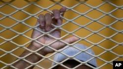 د جرمونو د نړيوال عدالت څارنوالانو په کال ۲۰۱۵م کې ويلي دوي سره داسې ثبوتونه شته چې امريکا او نړيوالو ځواکونو په افغانستان کې په کال۰۴-۲۰۰۳ کې په بندي خانو کې په ګېرو خلکو ذهني او بدني تشدد کړې چې د نړيوال قانون لاندې جنګي جرمونه گڼل کېږي