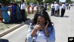 8月5日,人们在威斯康辛州的锡克庙外等待有关枪击案的消息
