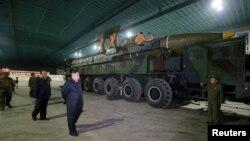 김정은 북한 국무위원장이 지난 2017년 7월 화성-14 장거리 탄도미사일 발사시험을 참관했다.