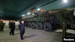 북한 김정은 국무위원장이 지난 7월 대륙간탄도미사일급 '화성-14형' 시험발사를 참관했다.