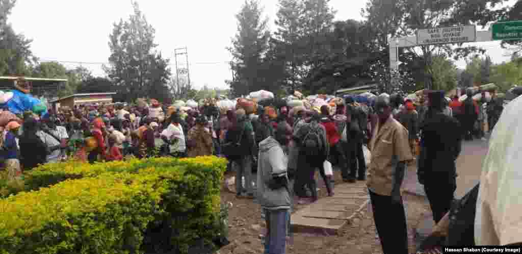 Wakimbizi kutoka Kamanyola DRC wakiwa kwnye mpaka kari ya DRC na Rwanda