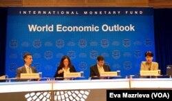 "Maurice Obstfeld (kedua dari kanan) ketika menyampaikan laporan tahunan ""World Economic Outlook 2017""."