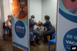 Polisi disuntik vaksin COVID-19 di Soweto, Afrika Selatan, 5 Juli 2021. (AP)