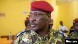 Ông Yacouba Isaac Zida dự một cuộc họp báo, và tại đây, ông được quân đội công bố là tổng thống tạm quyền.