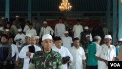 Warga dan aparat keamanan ikut doa bersama aksi 2 Desember di Masjid Agung, Solo (Foto: VOA/Yudha)