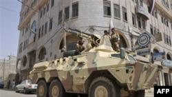 Binh sĩ Yemen trên xe bọc thép canh gác một con đường ở thủ đô Sanaa