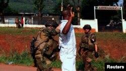 12月24日﹐法國士兵在中非共和國街頭截查一名一名男子。