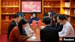 """中国数千万共产党员定期通过手机上的""""学习强国""""应用领会最高领导人习近平思想。"""