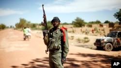 Binh sĩ Mali canh gác tại một chốt kiểm soát bên ngoài thị trấn Diably, khoảng 460km về phía bắc thủ đô Bamako, ngày 21/1/2013.