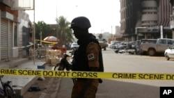 Un soldat garde les abords de l'hôtel Splendide à Ouagadougou, samedi 16 janvier 2016. (AP Photo/Sunday Alamba)
