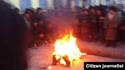 Thanh niên người Tây Tạng 24 tuổi Nyingkar Tashi tự thiêu trước trường học tại một thị trấn ở huyện Rebkong mà Trung Quốc gọi là Đồng Nhân, ngày 12/11/2012.