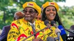 Zimbabve Prezidenti Robert Muqabe xanımı Qreysi vitse-prezident etmək üçün kampaniya apararkən. 8 noyabr, 2017.